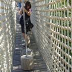 nicht ganz einfach - auf beweglichen Holzzylidern über die Seilbrücke