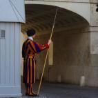 Der Eingang zum Vatikan wird von der Schweizer Garde bewacht