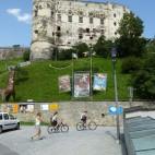 Radfahrer vor der Alten Burg