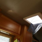 Durch das Dachfenster sind die Affen ins Wohnmobil eingestiegen.