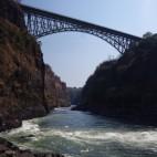 Von der Brücke führen etliche Wege in die Sambesischlucht, einer davon per Seilsprung.