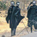 Massai am Straßenrand warten auf zahlende Kundschaft