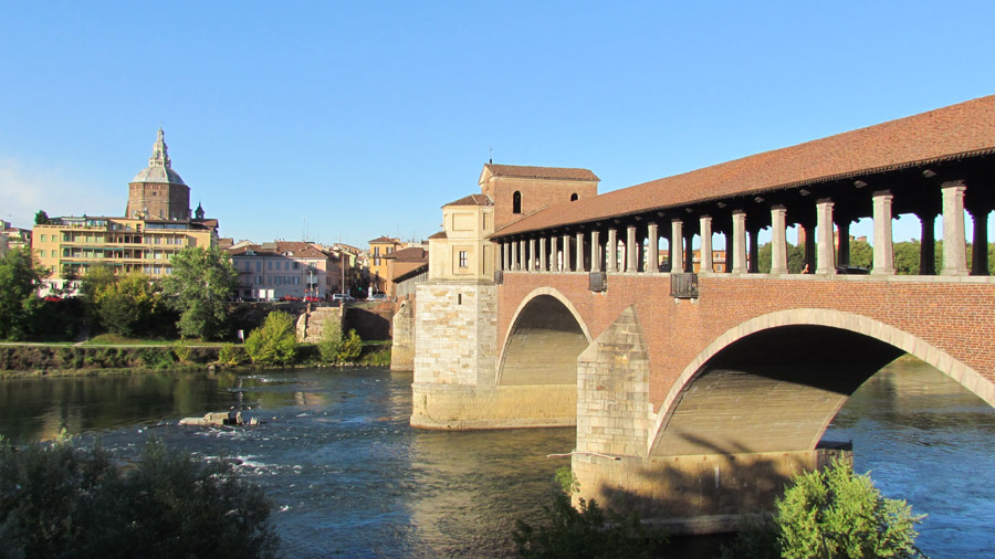 Dom und überdachte Brücke in Pavia