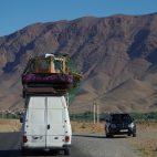 Dem Atlasgebirge entgegen – die Ladungen auf den Autos sind häufig nur notdürftig gesichert.