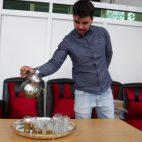 Marokkanischer Minzetee wird in einer Prozedur eingeschenkt.