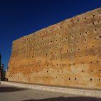 Interessant war zu erfahren, warum viele Mauern mit Löchern versehen sind. Über die Öffnungen wird der Feuchtigkeitsgehalt in den Wänden reguliert.