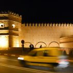Die historischen Gebäude sind nachts festlich beleuchtet.