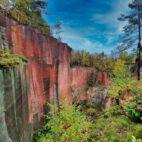 Atemberaubend – die über 60 Meter hohe Porphyrwand auf dem Rochlitzer Berg